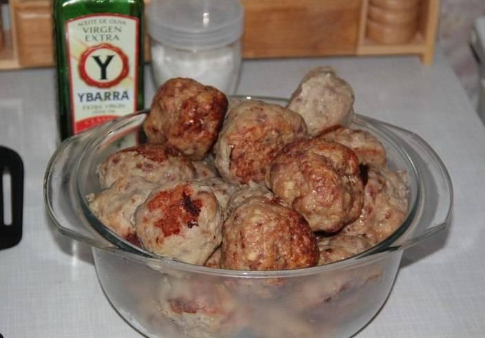 Готовые котлеты выньте из духовки и подайте со сметаной и картофельным пюре.