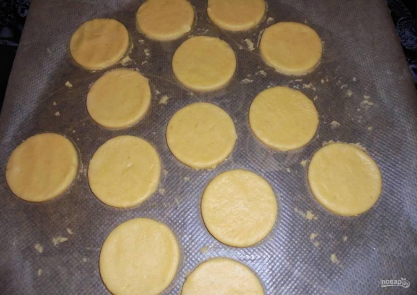 8. Через час достаю тесто и раскатываю его в пласт толщиной около 5-7 миллиметров. Стаканом или формой вырезаю кружочки.