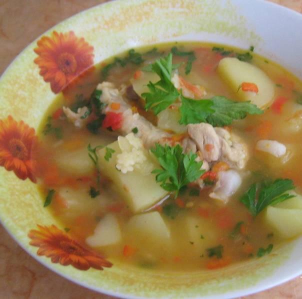 4. Даем супу настояться, а затем разливаем его по тарелкам и подаем, посыпав зеленью! Приятного аппетита!