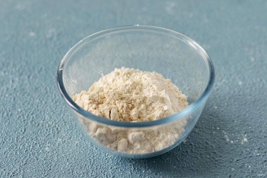 В миске смешайте муку, протеин, щепотку соли и разрыхлитель.