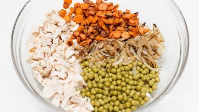 8. Туда же выложите горошек, обжаренную морковь и лук.