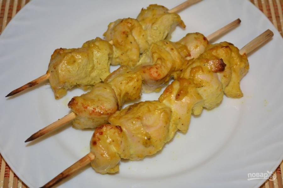 Готовый сочный и нежный шашлык из курицы подавайте с овощами или любимым соусом.  Приятного аппетита!