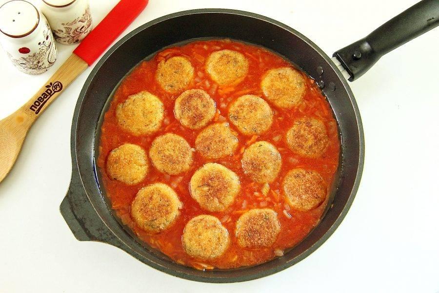 Верните на сковороду фрикадельки и полейте их томатным соусом. Накройте крышкой и тушите на небольшом огне примерно 15 минут.