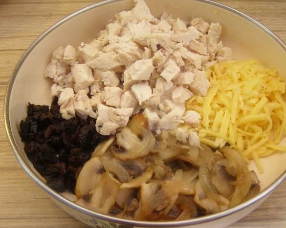 3. Остывшую курицу нарезаем кубиками, добавим грибы, сыр кубиками, лук и измельченный распаренный чернослив.