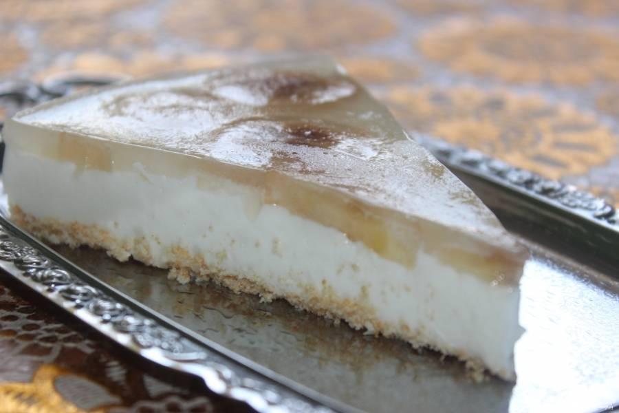 Готовый творожный торт с бананом в разрезе выглядит примерно так.