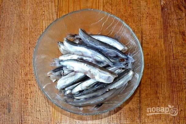 Рыбку промойте, очистите от головы и внутренностей.