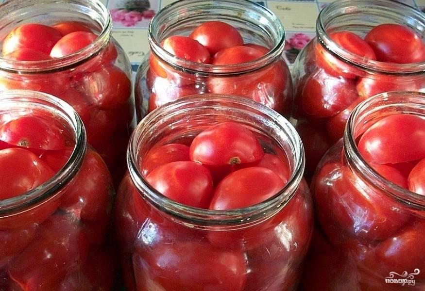 Уложить в банки помидоры. На дно можно кинуть немного очищенного и нарезанного репчатого лука, но это необязательно.