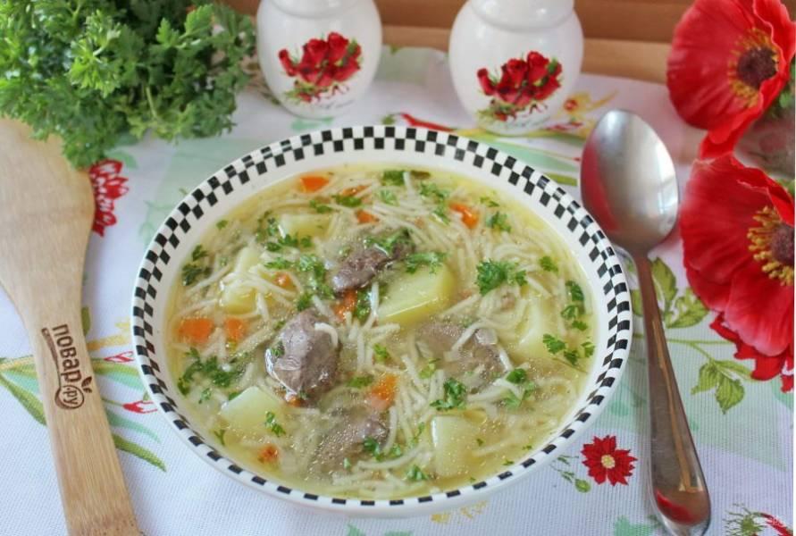 Подавайте суп на обед взрослым и детям.