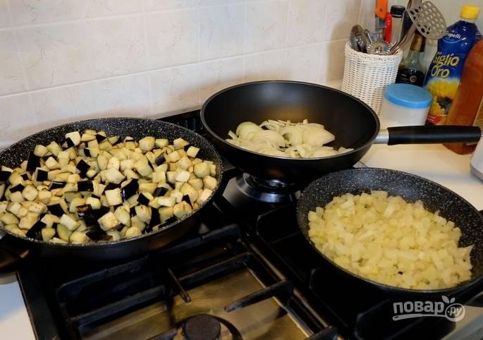 9. Теперь обжариваем лук, баклажаны и сельдерей на трех разных сковородках.