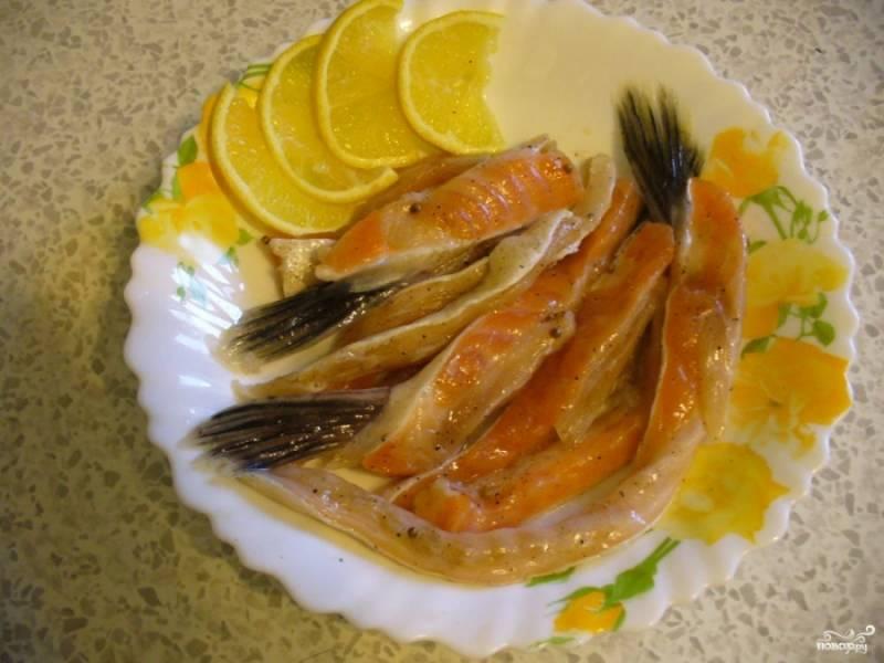 Готовые брюшки семги перед подачей избавьте от излишков соли (можете даже промыть чуток, по желанию, если не любите слишком соленое), подавайте с лимончиком и зеленью. Приятного аппетита!