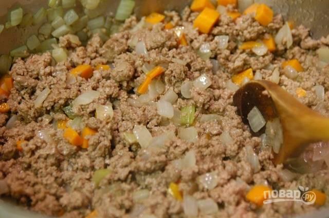 9.Обжаривайте все содержимое до готовности фарша, по вкусу добавьте соль, перец.
