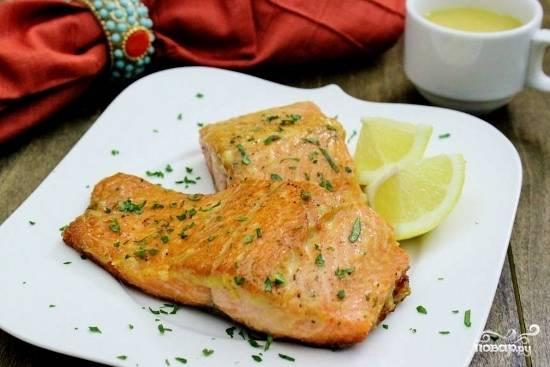 Готовые стейки выложите на тарелку, полейте лимонным соком и украсьте свежей рубленой петрушкой.