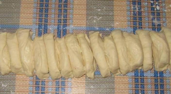 Тесто раскатываем, затем формируем из него колбаску, нарезаем ее на порционные кусочки.