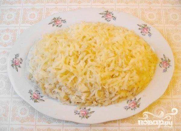 5.Прямо в кожуре отвариваем картофель, очищаем и натираем на крупную терку сверху белков, солим.  Картофель должен быть холодным.