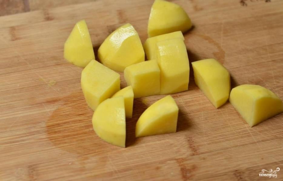 Картофель чистим и нарезаем небольшими кусочками, закладываем в кастрюлю, заливаем водой, солим и ставим вариться.