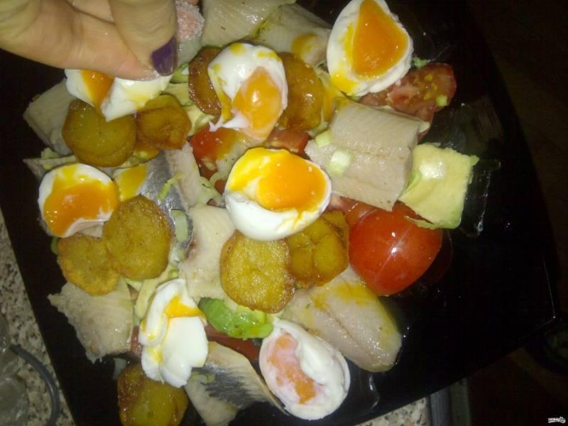 Выложите в салатницу все ингредиенты, разрезав яйца пополам. Посолите и поперчите по вкусу.