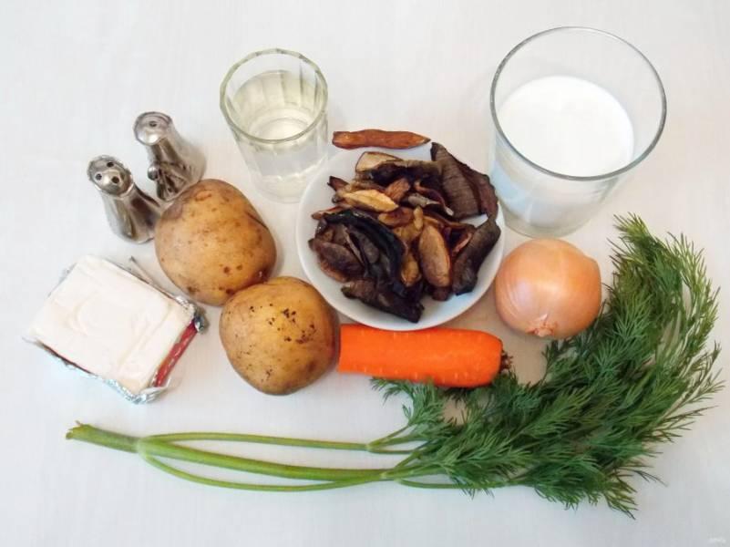 Подготовьте все необходимые ингредиенты для приготовления сырного супа с сушеными грибами.