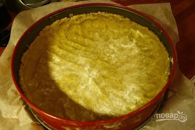 2.Достаньте разъемную (любую другую) форму для выпечки и выложите в нее тесто, руками сформируйте корж и небольшие бортики.
