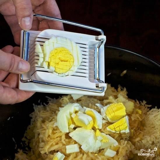 Яйца чистим и нарезаем на кубики.