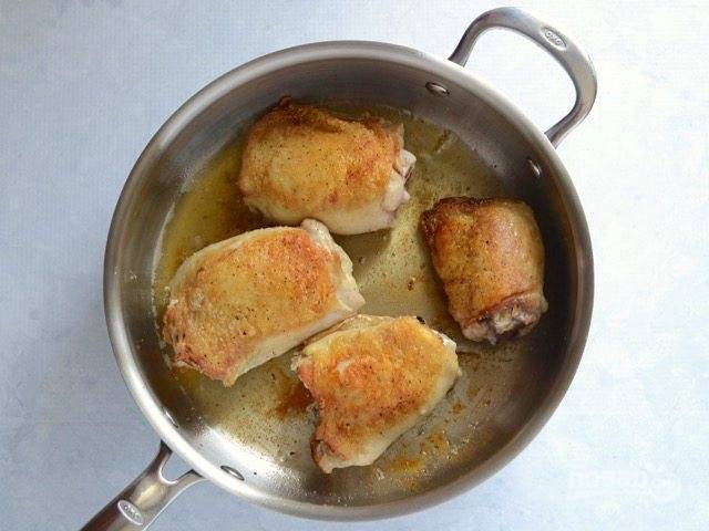 2.Разогрейте сковороду с растительным маслом, выложите бедра кожей вниз и обжаривайте до румяной корочки, затем переверните на другую сторону.