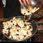 Порежте баклажаны на куски примерно 2-3 см. В сковороде расколите масло. Добавьте баклажаны.