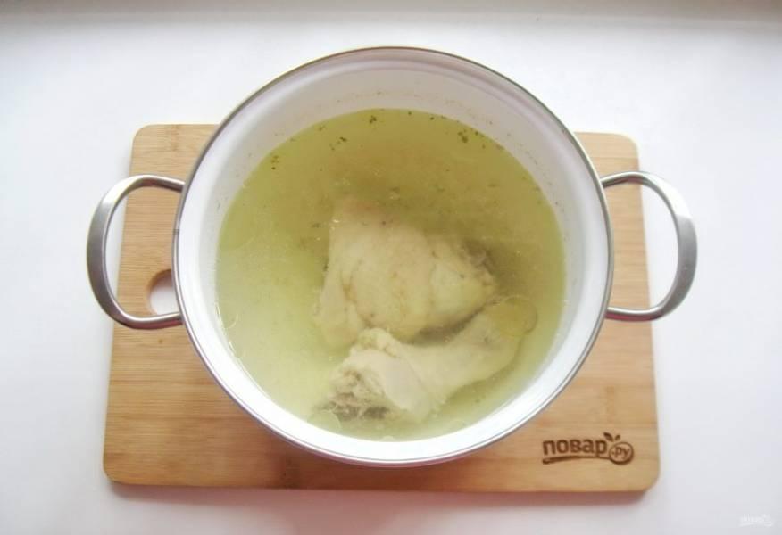 Любые части курицы промойте и выложите в кастрюлю. Залейте свежей водой и поставьте на плиту. Доведите до кипения, снимите пену, огонь уменьшите и сварите бульон.