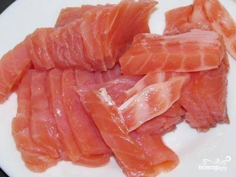 2. Для рулета нам понадобится слабосоленая семга или любая другая красная рыба. Нарезаем ее слайсами, толщина которых не должна превышать 0,5 см.