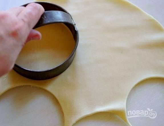3. Раскатайте пласт теста и вырежьте небольшие кружочки.