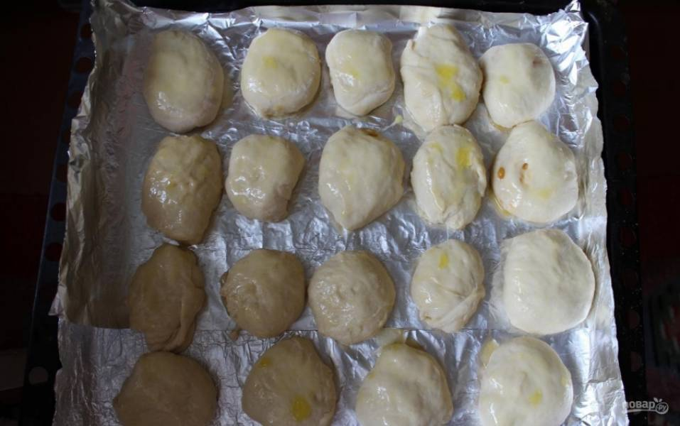 17.Противень застилаю фольгой, смазываю ее растительным маслом, сверху выкладываю пирожки, смазываю каждый желтком и выпекаю 25 минут при 200 градусах.
