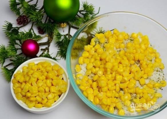 4. Добавьте к рису консервированную кукурузу.