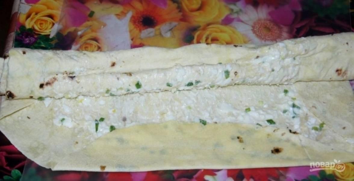 4.Разворачиваю на столе тонкий армянский лаваш, смазываю его по всей поверхности только что приготовленной начинкой, плотно сворачиваю.
