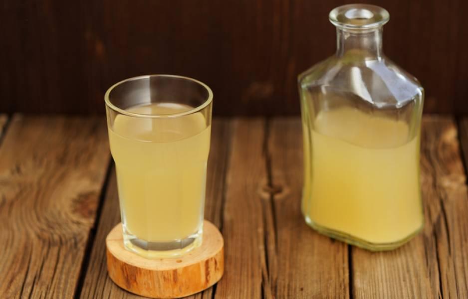 Процеживаем квас через марлю, разливаем по бутылкам. Охлаждаем напиток в холодильнике. Оставшуюся закваску можно использовать повторно, добавляя сухой квас и сахар.