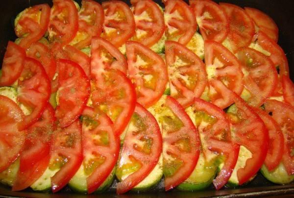 Сверху выкладываем нарезанные полукольцами помидоры, их так же солим и приправляем.