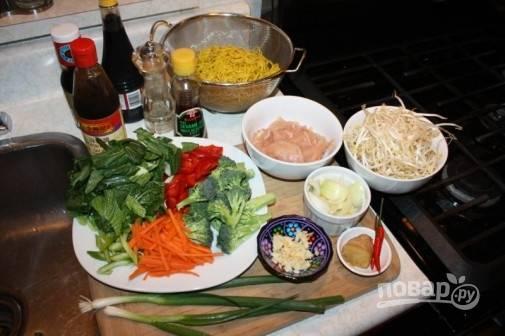 1. Именно из этих ингредиентов мы сделаем Ло-мейн с курицей в домашних условиях.