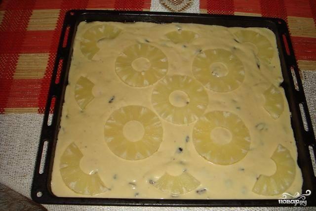 7.Выливаем тесто на противень и выкладываем кружочки ананаса.