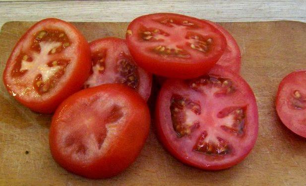 Пока он размокает, мы промываем помидоры и нарезаем их кружочками шириной 1 см.