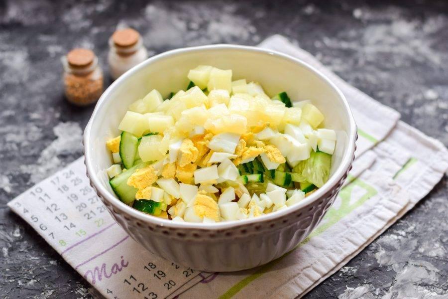 Консервированный ананас нарежьте небольшими кубиками, добавьте в салат.