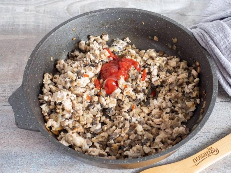 В последнюю очередь добавьте томатную пасту и тушите ещё 1 минуту.