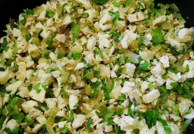 Приготовили сначала начинку: лук обжарили, грудку отварили, обжарили вместе с луком. Добавили специи и зелень, дали остыть.