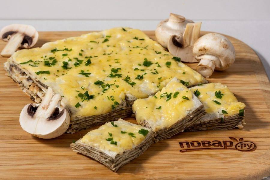 Перед подачей разрежьте тортик порционно и присыпьте свежей зеленью. Вкусно как в горячем, так и в холодном виде даже на следующий день.