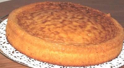 Яйца взбить с сахаром, добавить муку и испечь бисквит.