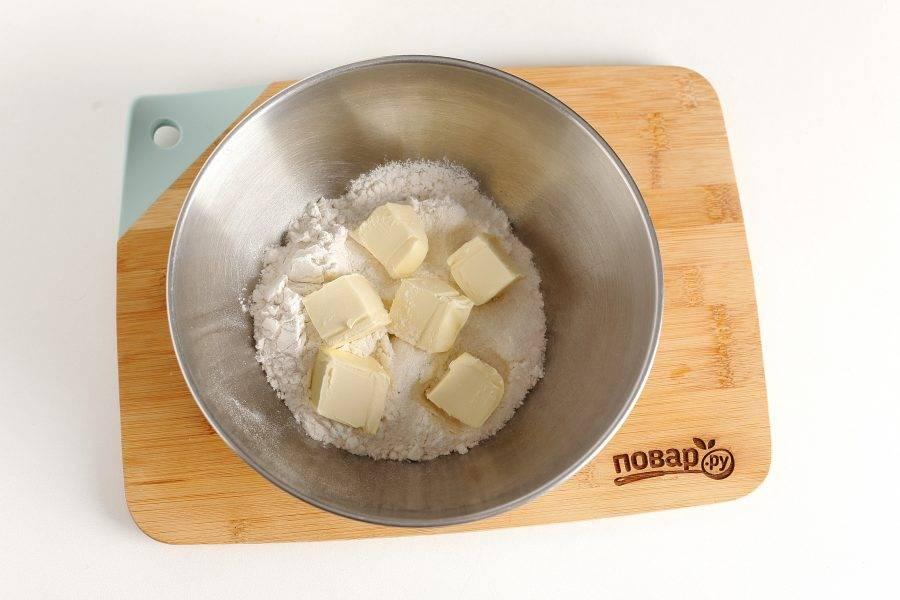 В глубокой миске соедините муку, сливочное масло и сахар.