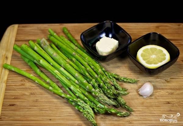 1. Вот такой скромный набор ингредиентов вам потребуется, чтобы повторить на своей кухне этот простой рецепт спаржи на сковороде.