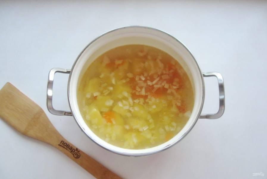 После добавьте морковь с луком в суп.