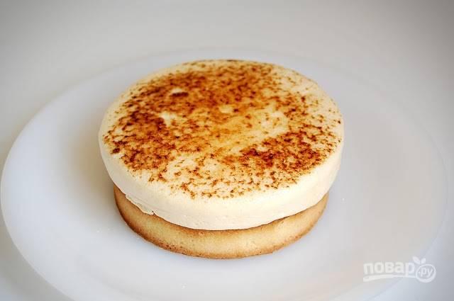 Крем уложите ровным слоем (можно на бисквит), и уберите на час в морозильник. Подавайте его в холодном виде. Приятной дегустации!