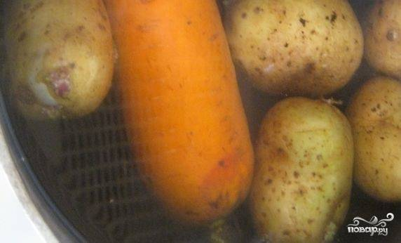 1. Помойте овощи. Картошку и морковку сварите, не очищая от шкурки. Когда овощи будут готовы, слейте воду и полностью охладите.