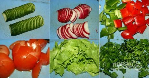 2. Первым делом вымойте и обсушите овощи и зелень. Все измельчите, салат лучше порвать руками. Выложите в глубокий салатник.