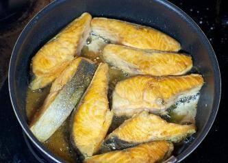 2. Каждый кусочек рыбы обваливаем с двух сторон в муке, и обжариваем в растительном масле до золотистого цвета. До готовности доводить не нужно!