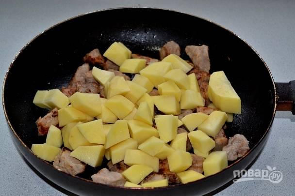 5. После добавьте на сковороду еще немного масла и выложите картофель.