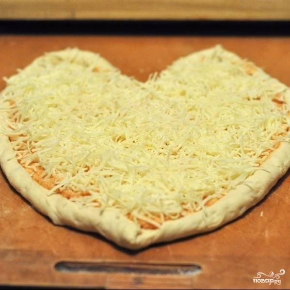 Смазываем тесто толстым слоем получившегося соуса, сверху щедро посыпаем сыром. Не жалейте ни соуса, ни сыра - пицца должна быть сочной. При желании, можете добавить и еще какие-нибудь ингредиенты - колбасу, сосиски, грибы, курицу, овощи... Однако я предпочитаю маргариту - пиццу без дополнительных ингредиентов, только тесто, сыр и соус.